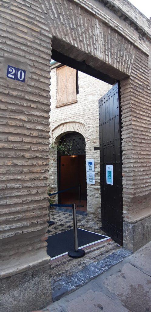 Dieses Bild hat ein leeres Alt-Attribut. Der Dateiname ist entrance-to-the-synagogue-498x1024.jpg