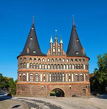 Dieses Bild hat ein leeres Alt-Attribut. Der Dateiname ist Holstentor_Stadtseite.jpg