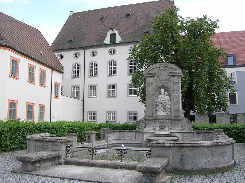 Dieses Bild hat ein leeres Alt-Attribut. Der Dateiname ist 800px-Leonrodplatz_Eichstaett_Wittelsbacher_Brunnen_D-1-76-123-100.jpg