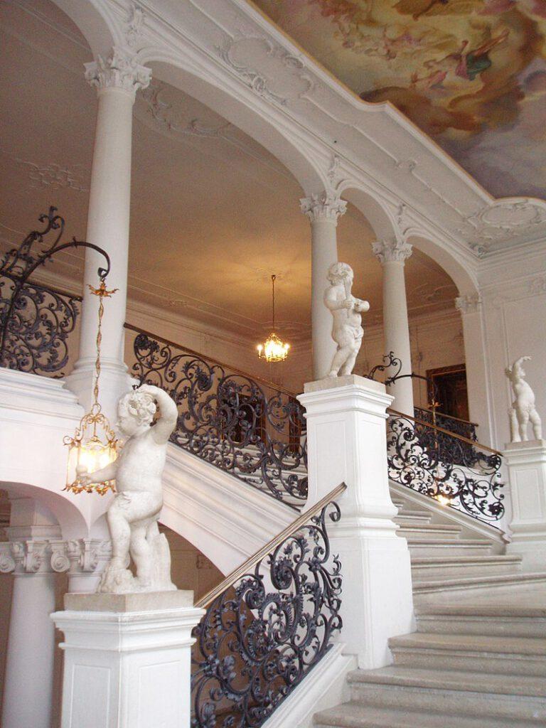 Dieses Bild hat ein leeres Alt-Attribut. Der Dateiname ist 800px-Treppenhaus_in_der_Residenz_Eichstaett-768x1024.jpg