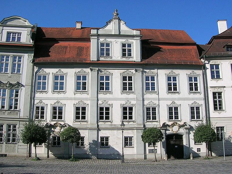 Dieses Bild hat ein leeres Alt-Attribut. Der Dateiname ist Residenzplatz_14_Eichstaett_D-1-76-123-223.jpg